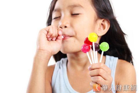 孩童吃太多糖果,除了容易發胖,內含的人工色素恐引發過動、注意力不集中。