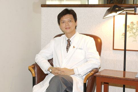 醫師吳至行(如圖)指出,和朋友分享食物是減少熱量攝取的好方法之一,尤其是油炸的食物。(圖片/成大醫院家庭醫學部提供)