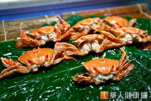 海鮮容易誘發過敏,皮膚過敏紅疹便是最明顯的症狀。