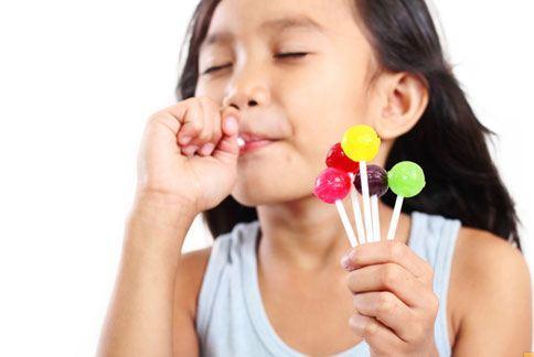 甜食吃太多,容易有肥胖和血糖上升的健康問題,長期易導致糖尿病和骨質疏鬆症。