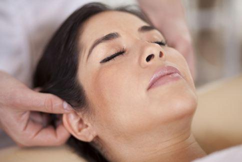 耳朵有許多穴道,多按摩還可以幫助消除痘痘、暗沉。(圖片提供/美忍者)