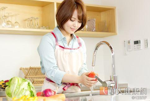 吃蔬菜有益健康,用小蘇打水洗菜才能正確去除農藥!
