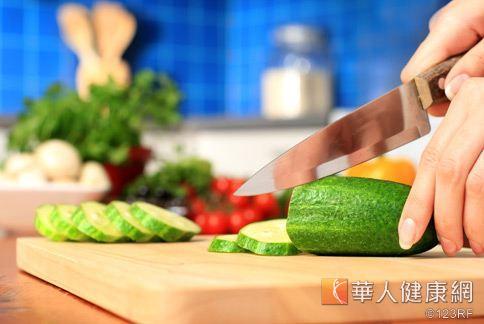 將蔬菜切段再洗,會造成維他命C自動分解,營養流失。