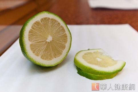 坊間有人以小蘇打粉水加上檸檬搓洗水果表面,可去除表皮殘留農藥及蠟。