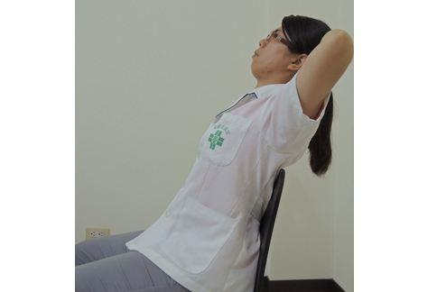 將頭枕部放置在手掌中,緩慢的向後倒。(圖片提供/童綜合醫院)