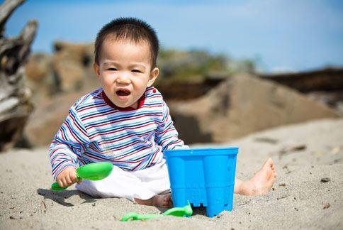 小孩子活潑好動,四肢難免因跌倒、碰撞而出現大大小小的瘀青,但醫師提醒若瘀青遲遲不見消退,可能是血小板低下症,需進一步做治療。