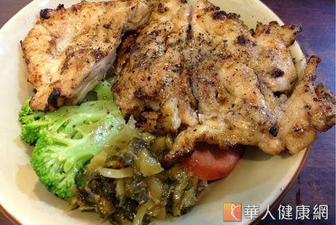 這樣一份烤肉飯便當,蔬菜不足又含有過多油脂,外食族想要減肥必須格外注意。(圖片/華人健康網)