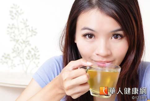 秋天天氣乾燥,肌膚代謝黑色素的速度趨緩,中醫師建議喝潤肺養陰的茶飲,可調理體質,促進肌膚正常代謝黑斑。