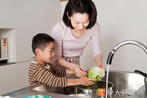 蔬菜、水果,有些表皮上殘留農藥,吃進肚子裡會造成人體危害。