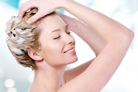 洗髮有哪些需要注意的小地方?早上、晚上洗頭大不同。(圖片提供/美忍者)