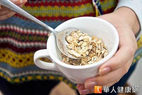 燕麥片有維生素B6、豐富膳食纖維,可以幫助降低膽固醇、血脂。(圖片/華人健康網)