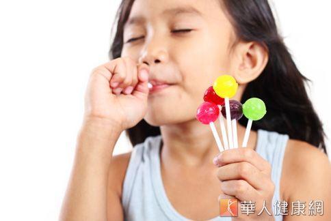 牙結石的生成與口腔清潔不佳有關,而糖果的黏性高、不易清除,特別容易導致牙結石。