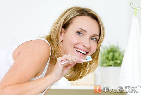 預防牙菌斑和牙結石生成,應從每天的口腔清潔做起。