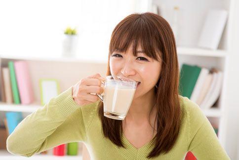 女性豐胸的最好時機是在青春期,此時可多喝牛奶或豆漿補充蛋白質,促進胸部發育。