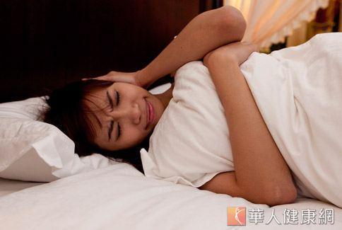 誘發落枕的3大原因包括:疲勞、睡姿、受寒。(圖片/本站資料照片)