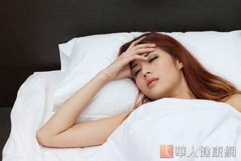 落枕發生最主要與睡覺姿勢有關,秋季日夜溫差大,稍不注意就容易受寒,也會使落枕發生更加頻繁。