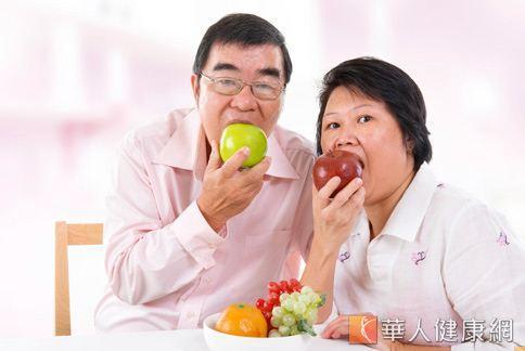 老人保護心臟,最好適度補充白色食物。蘋果中的果膠可阻止膽固醇的吸收,纖維素有助於清除膽固醇。