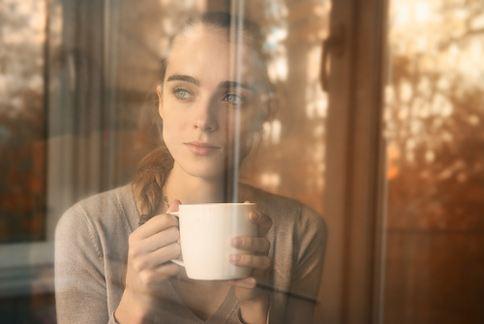 生理期前應減少攝取含有咖啡因的飲料。(圖片提供/美忍者)