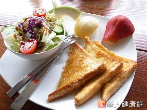 早餐是人體一天熱量的重要來源,但也不宜過量,應遵守均衡飲食的原則。(圖片/華人健康網資料畫面)