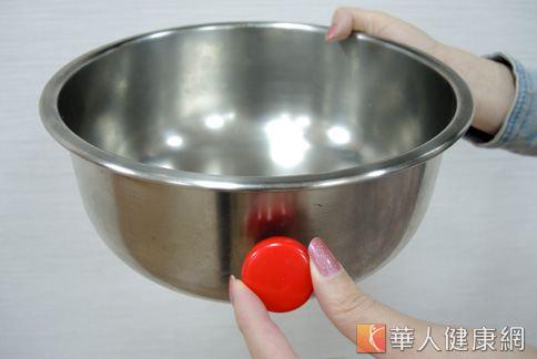 江守山醫師建議,即使認明300系列的不鏽鋼產品,仍需使用磁鐵「確認」一番。(攝影/黃子倫)