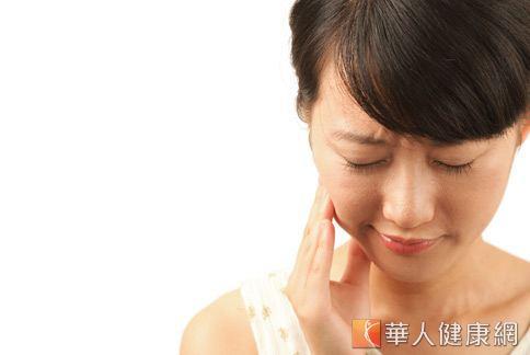許多人因為劇烈牙痛而做根管治療,但根管治療後的牙齒仍可能因清潔不當而發炎。