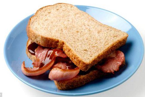 早餐常見的培根,飽和脂肪高、又是醃製肉品,恐導致男性精子濃度降低、致不易受孕等問題。(圖片/取材自英國《每日郵報》)