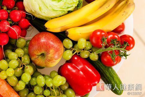 抗老食材「彩虹蔬果」搭配膠原蛋白,可以抗氧化,並使肌膚變得水嫩。