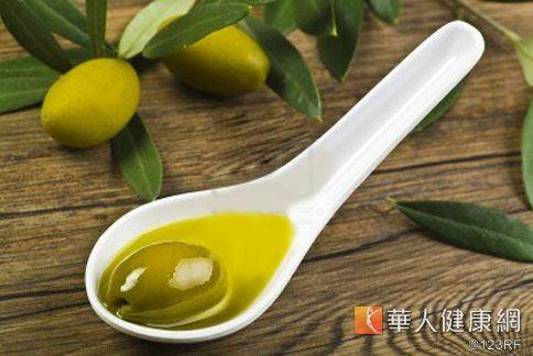 一般民眾認為橄欖油較健康,市面上也有許多橄欖油、調和油商品標榜純天然。(圖中物品非事件本身)