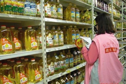 彰化縣衛生局至賣場稽查食用油品成分。(圖片提供/彰化縣衛生局)