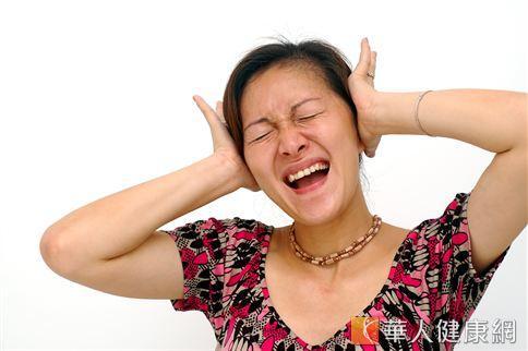 造成耳鳴發生的原因有很多,醫師建議民眾有持續性耳鳴症狀發生時,應近速前往就醫,接受診斷治療,找出病因。