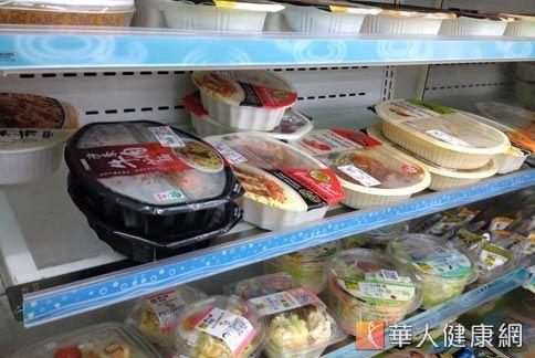 外食族三餐在外,便利超商是購買食物的首選,但如何吃得健康不發胖,營養師建議看清楚包裝標示,經算熱量。(圖片/本網站資料照片)