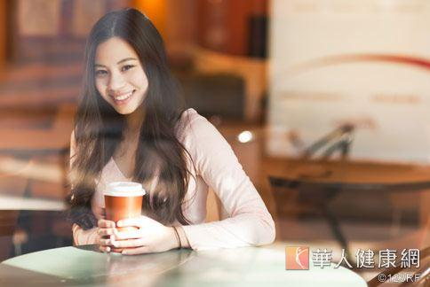 中山醫學大學研究團隊發現,每日喝200.CC洛神花熱飲,能增加皮膚的保水性與紅潤度。