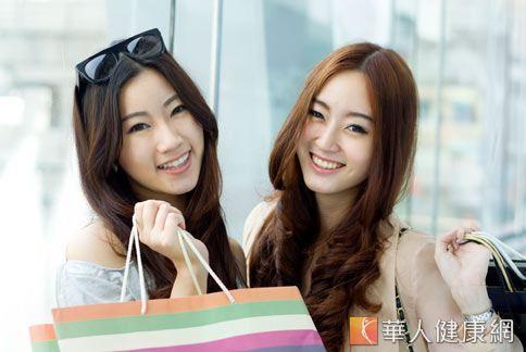 許多女性因生活習慣不當,肌膚提早老化,經常購買名牌保養品做護膚。