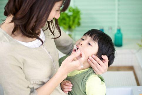 口腔保健需從小做起,家長應在孩子開始長牙時,使用含氟牙膏幫助清潔。