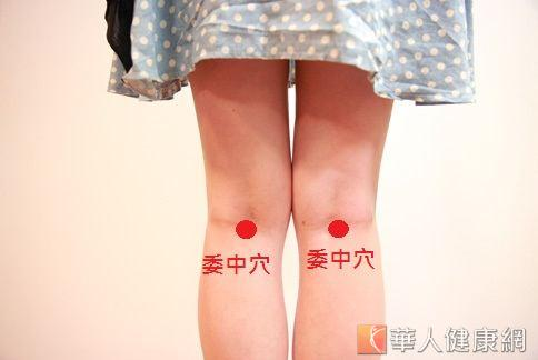 按摩委中穴可以緩解腳部痠痛。(攝影/賴羿舟)