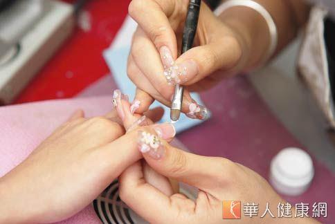 指甲彩繪容易傷害指甲,讓指甲變得脆弱、易斷裂。