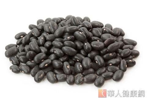 黑豆蛋白質成分佔4成,還有不飽和脂肪酸,每天控制在2.5匙的量以內,就已有助消化、減重。