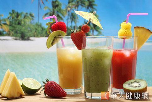 新鮮蔬果含有豐富維生素C,每天2份水果打成汁飲用,可清除體內自由基,達到抗氧化和抗老化的作用。