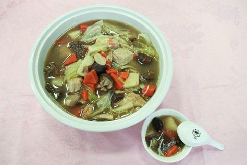 顏慶仁中醫師利用藥材的天然味道和藥性,設計出全家人適用的溫補藥膳湯。(圖片提供╱花蓮慈濟醫院)