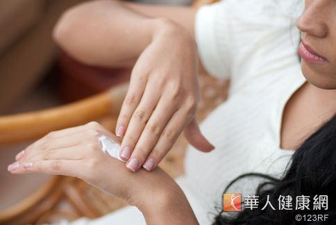 洗潤髮乳、沐浴乳或是化妝品中,都可能含有MI、MCI兩種防腐劑,有可能引起皮膚過敏等症狀。