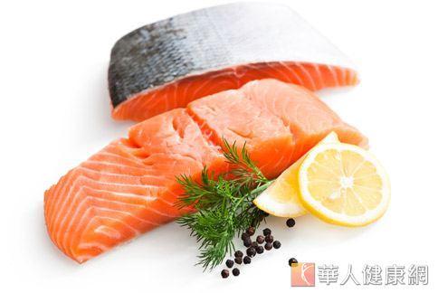 魚類富含動物性蛋白質,適度攝取可補充膠原蛋白,而搭配食用高維生素C的蔬果,可增加膠原蛋白的生成,延緩老化。
