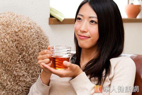 黑心食品頻傳,中醫師建議喝健脾利濕的茶飲,可幫助調整腸胃,代謝體內毒素。