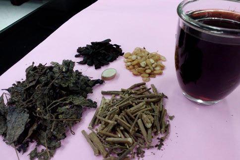 陳皮、紫蘇葉、藿香、扁豆和生薑熬煮的「健脾袪濕茶飲」,有助於排除體內濕氣和毒素。(圖片提供/北市聯合醫院)