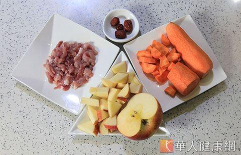 「蘋果銀耳瘦肉湯」所需食材。(攝影/賴羿舟)