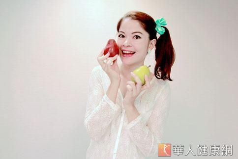 西洋梨是大眾耳熟能詳的「高纖水果之王」,連女藝人柯念萱(如圖)都愛不釋手。(攝影/賴羿舟)