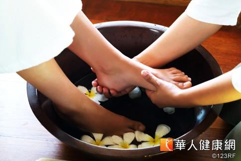 香港導演嚴浩曾表示自己常藉由泡腳治療鼻過敏。