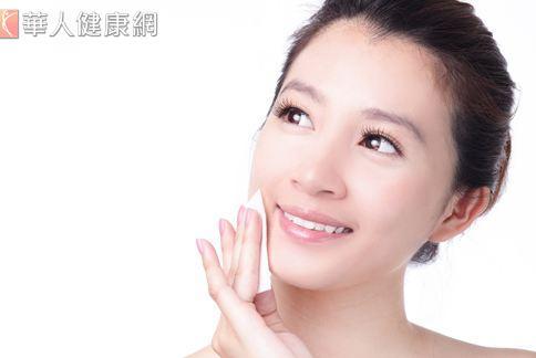許多女性有晨間水腫的困擾,專家建議可在擦抹保養品時按摩淋巴,可幫助排水。