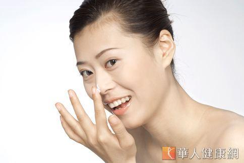 善用午休時間,補擦清爽型精華液或乳液,有助於維持肌膚的油水平衡。