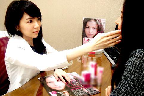 莊詠婷醫師建議討厭層層塗抹彩妝品的女性,可選擇兼具防曬和飾底乳功能的彩妝品。(圖片提供/晨欣國際有限公司)