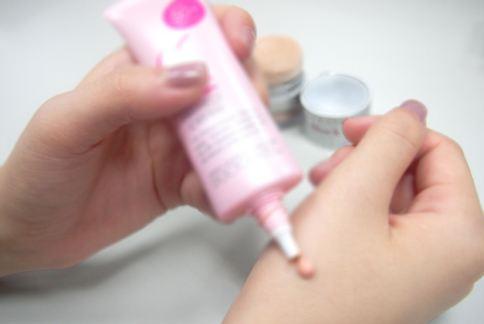 使用保養型修護彩妝品,應在出門前約半小時先使用,回家後需徹底卸妝以免殘留毛細孔。(圖片提供/晨欣國際有限公司)